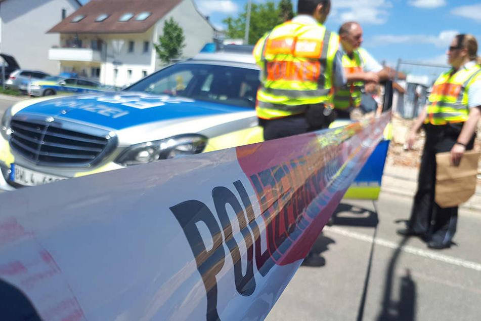 Polizisten stehen hinter einer Absperrung, die aufgrund eines verdächtigen Koffers in der Innenstadt von Wehr eingerichtet wurde.