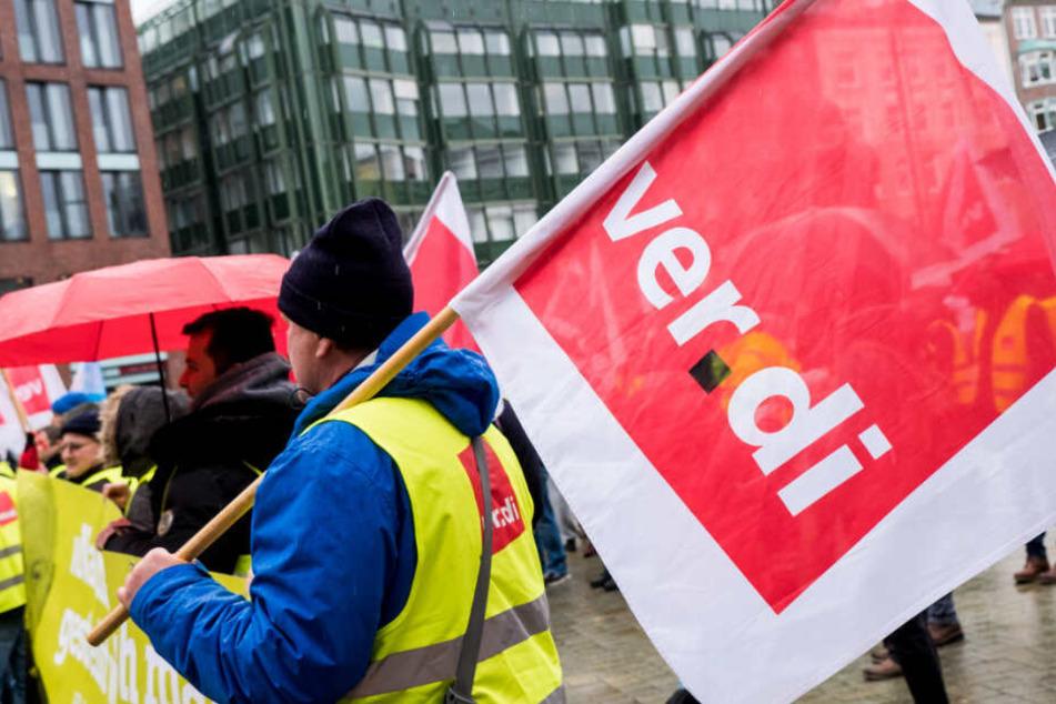 Beschäftigte nehmen in Hamburg an einem Warnstreik teil. (Archivbild)