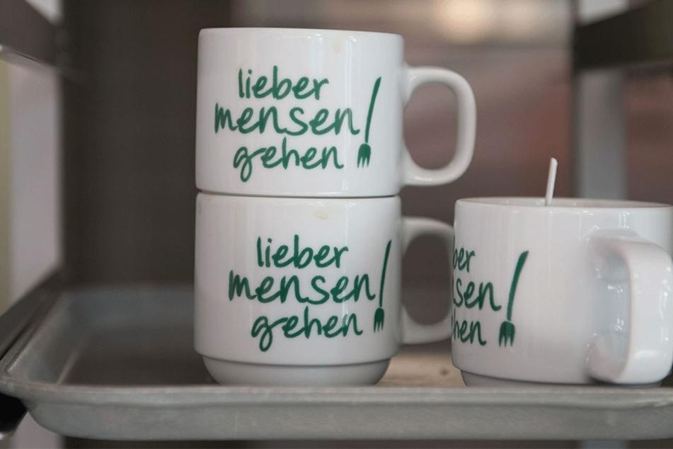 In der Mensa der TU Dresden machen neckische Aufdrucke auf Kaffeetassen Werbung in eigener Sache.