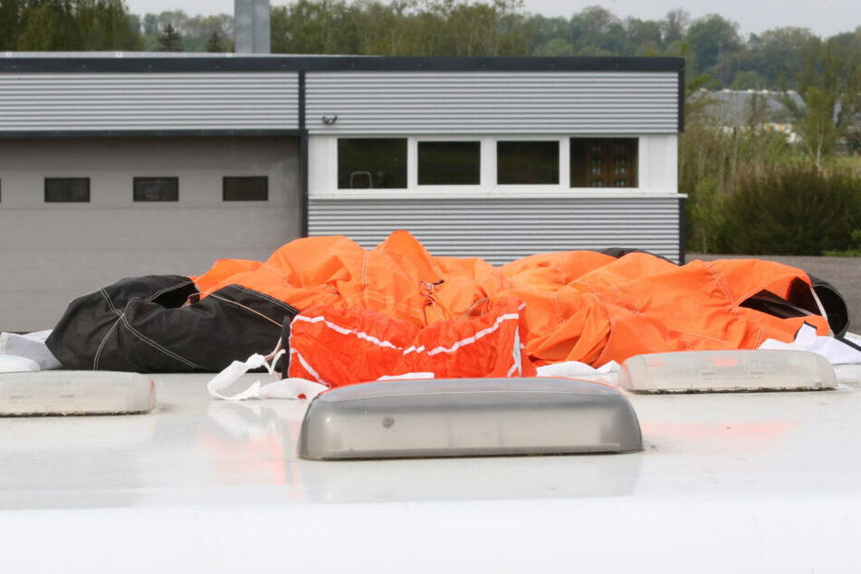 Während ein 25-Jähriger auf das Dach einer Firma krachte, landete der Ältere (36) in einem Siedlungsgebiet. (Symbolbild)
