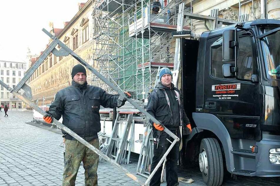Die Gerüstbauer Stefan Prillwitz (30) und Marcel Schmidt (43) halten sich bei der Arbeit durch dauernde Bewegung warm.