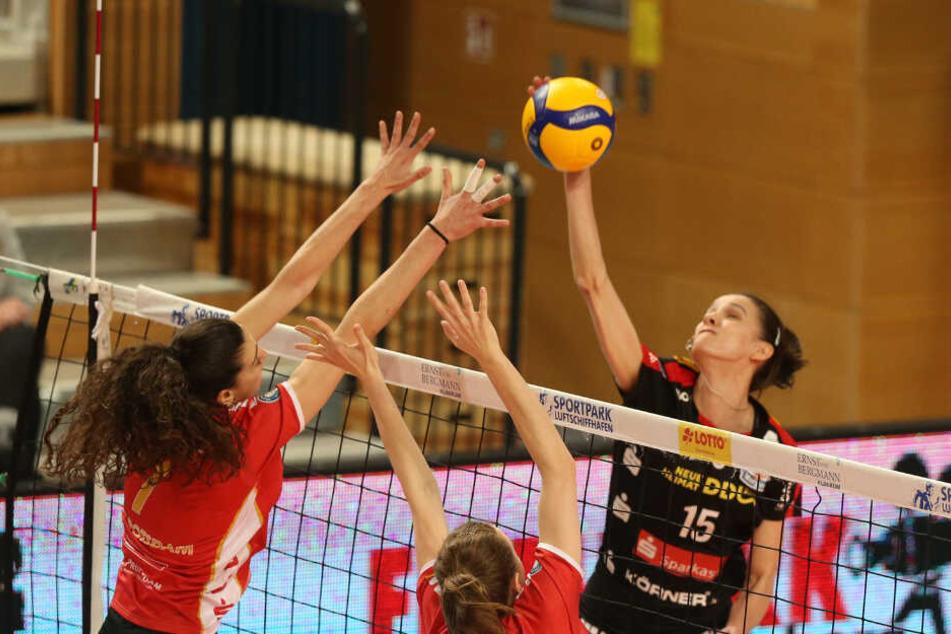 Hier ist Dresdens Ivana Mrdak, die insgesamt sieben Punkte machte, im Angriff gegen den Potsdamer Block erfolgreich.