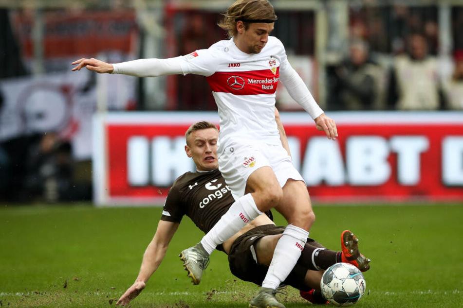 St. Paulis Sebastian Ohlsson (l) und Stuttgarts Borna Sosa im Zweikampf um den Ball.