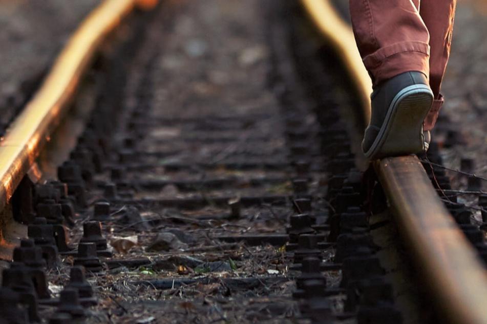 Gefährlich: Der Mann spazierte einfach im Gleisbereich (Symbolbild).