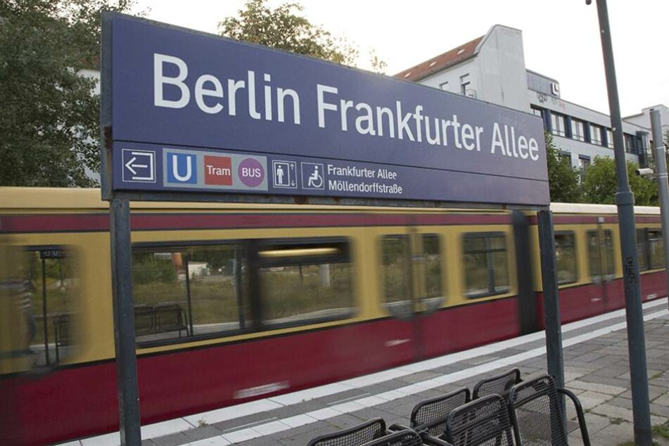 An der S-Bahn Haltestelle Frankfurter Allee stieg der bewaffnete Mann in die S-Bhan Linie 9.