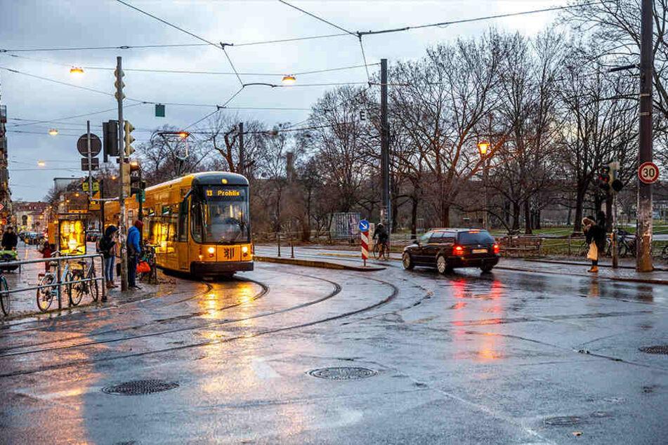 Mit der Bahn zum Tatort: Laut Überwachungsvideo fuhr der Syrer mit der Linie 13. Immer wieder griff er auch Frauen rund um den Alaunpark an.