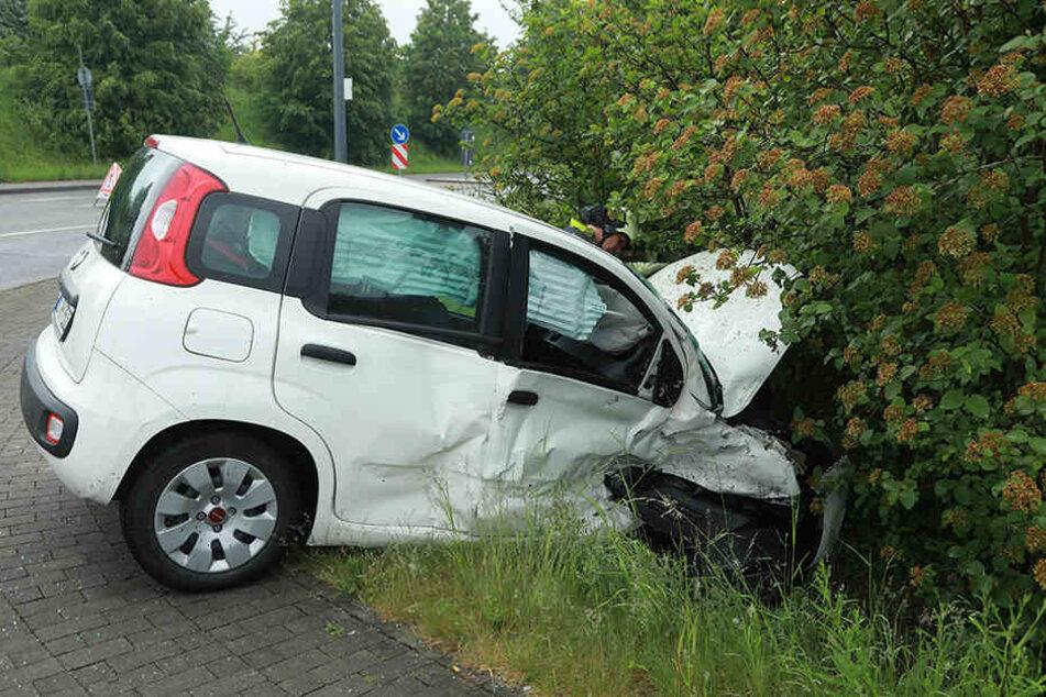 Der Fiat war nach dem Zusammenprall vorne komplett zerstört.