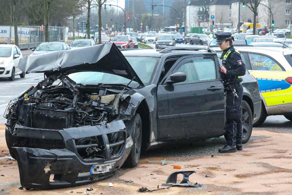 Durch den Zusammenstoß rissen Teile der Front vom Auto ab.