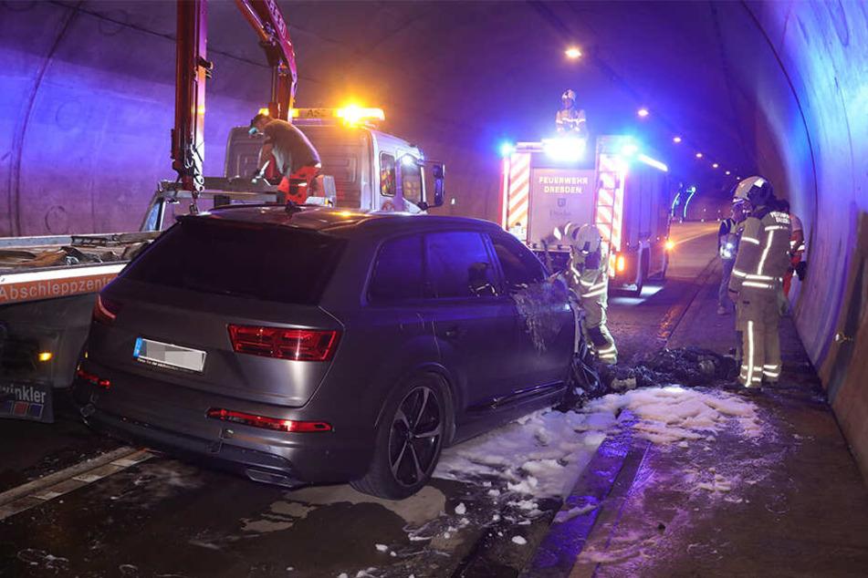 Die Feuerwehrleute mussten alles geben, um das Fahrzeug vom Teer zu lösen.