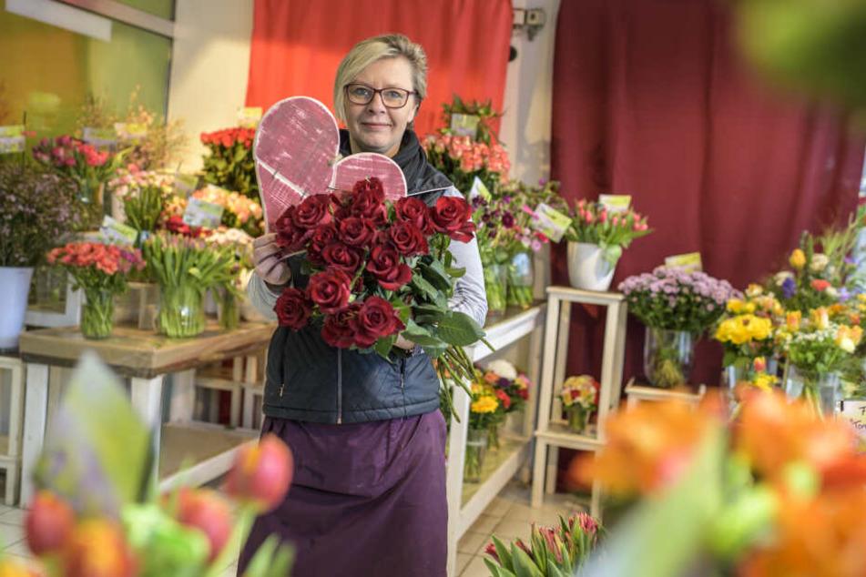 Floristin Mandy Müller (46) vom Gartenfachmarkt Richter empfiehlt zum Valentinstag Highness-Rosen mit langem Stiel und prächtiger Blüte.
