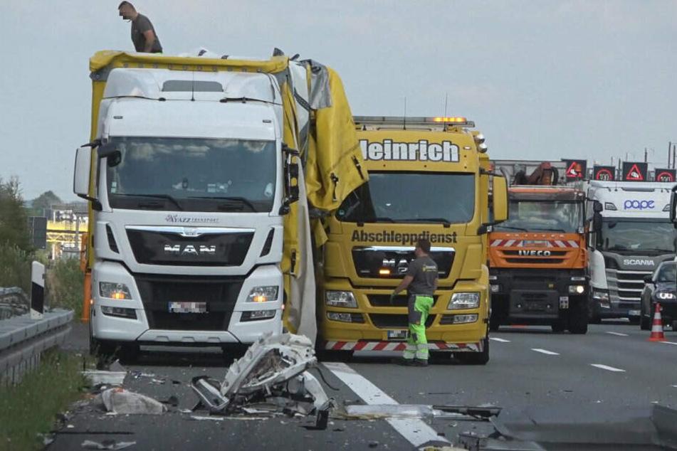 Bergungsarbeiten auf der A4 nach einem Unfall.