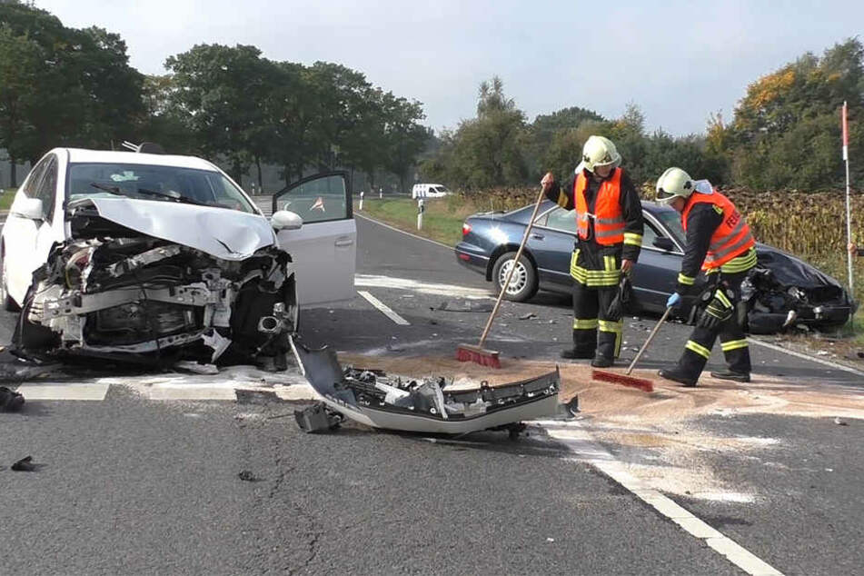 Zwei Fahrzeuge stießen auf einer Kreuzung zusammen. Es entstand Totalschaden an beiden Autos.