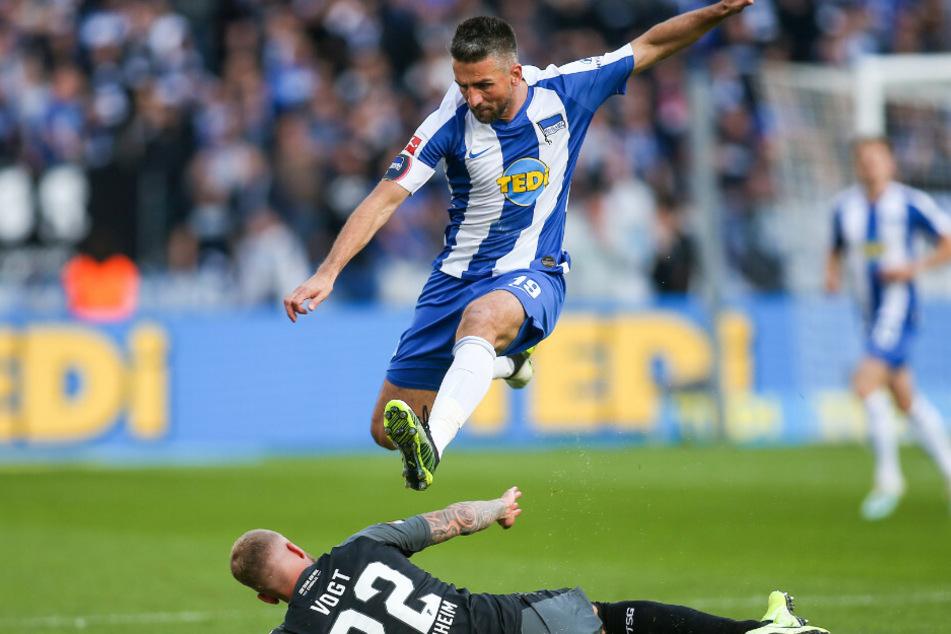 Vedad Ibisevic springt über Hoffenheims Kevin Vogt.