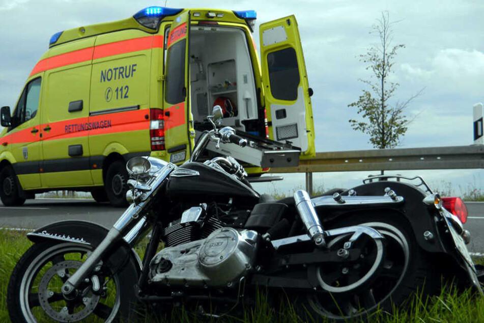 Beim Überholversuch: Der Biker krachte gegen ein entgegenkommendes Fahrzeug und wurde dabei schwer verletzt.