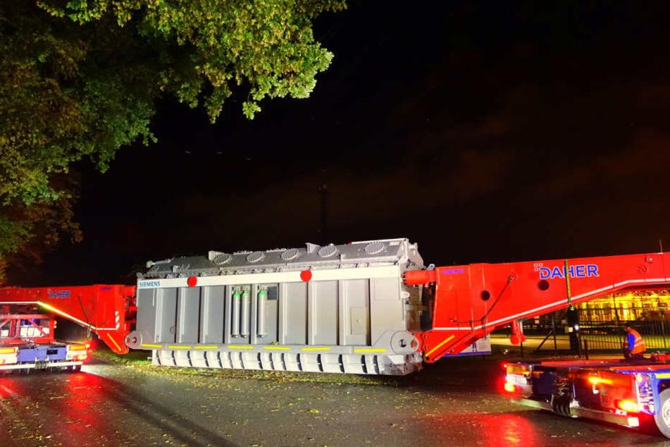Der Schwertransport brachte diesen Transformator zu einem Umspannwerk nach Hamburg.
