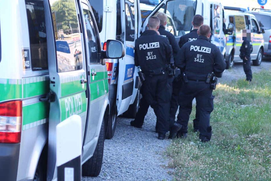 Sprengstoff-Alarm an der A3: Hundertschaft der Polizei sichert verdächtigen Pkw