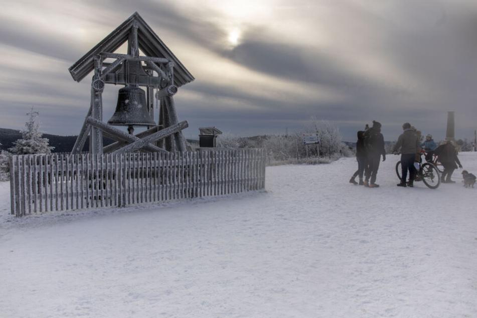 Auf dem Fichtelberg liegen an Weihnachten ein paar Zentimeter Schnee.