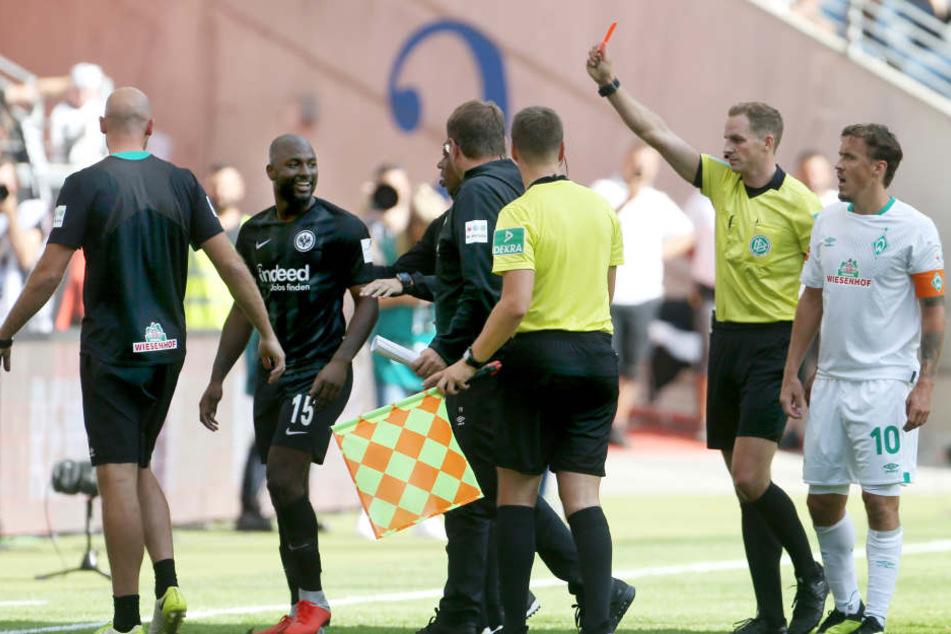 Willems (2. v. Li.) sah beim Heimspiel gegen Werder Bremen nach einem Schlag in das Gesicht von Theodor Gebre Selassie den roten Karton.