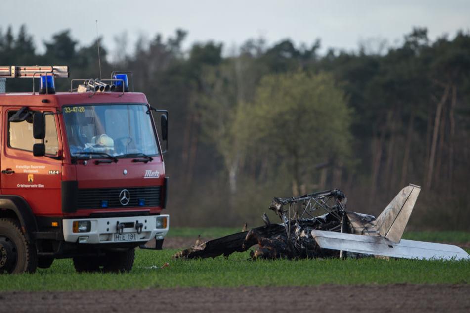 Ein Ultraleichtflieger ist bei Hannover in eine Hochspannungsleitung geflogen.
