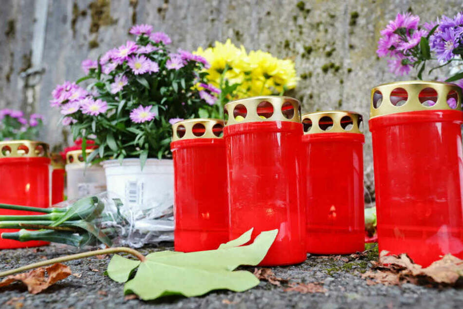 Kerzen und Blumen am Unglücksort in Freudenberg.