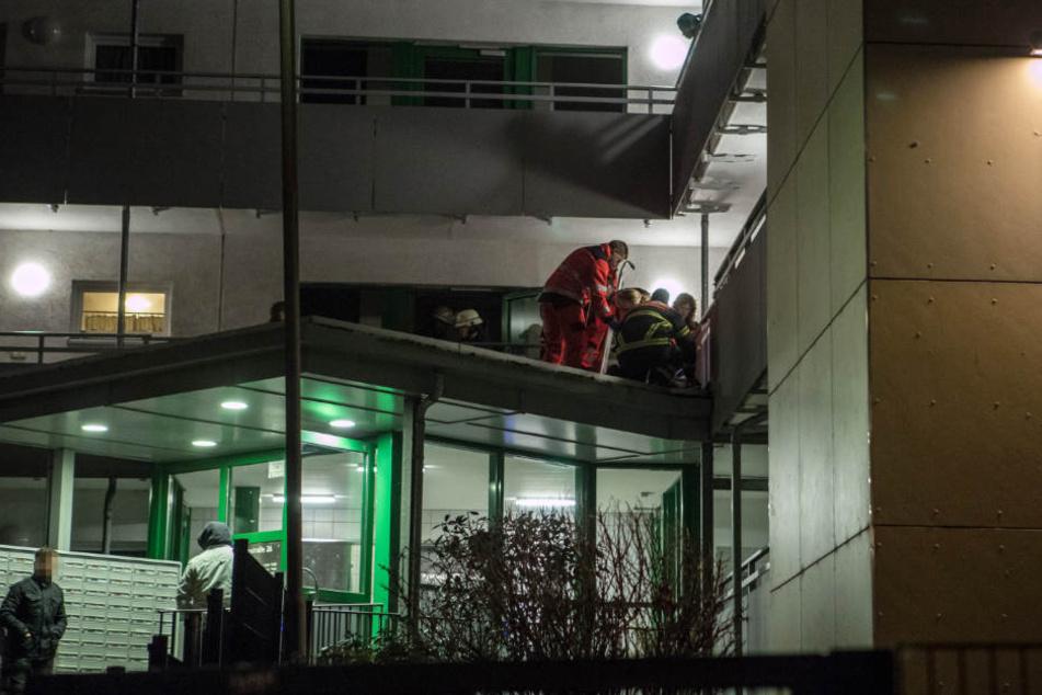 Die Einsatzkräfte mussten einen Mann, der aus dem fünften Stock gefallen war, ärztlich behandeln.