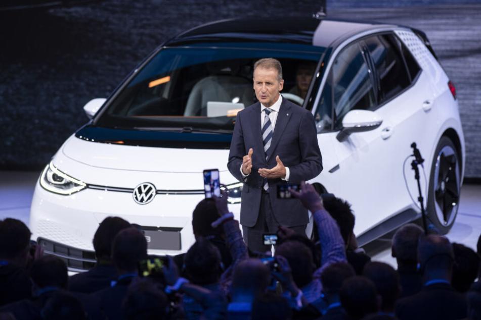 Herbert Diess, Vorstandsvorsitzender der Volkswagen AG, spricht während der Volkswagen Group Night auf dem Messegelände der IAA (Internationale Automobil-Ausstellung).