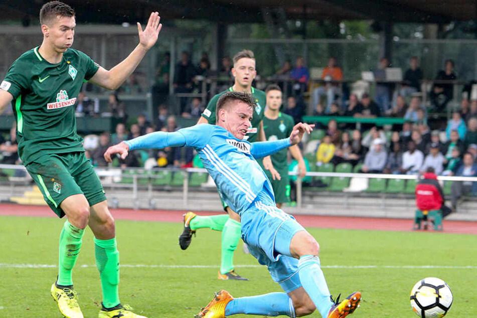Elf Spiele, ein Tor - Florian Hansch (r.) hätte gern öfter getroffen. Auch diesen Ball zuletzt beim 1:1 in Bremen brachte er nicht im Kasten unter. Vielleicht klappt's im 50. Drittligaspiel gegen Lotte mit dem zweiten Saisontor.