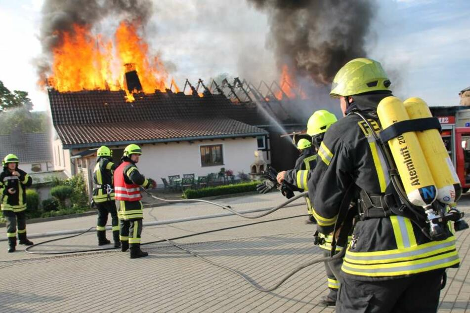 Das Feuer hat auch auf das Wohnhaus übergegriffen.