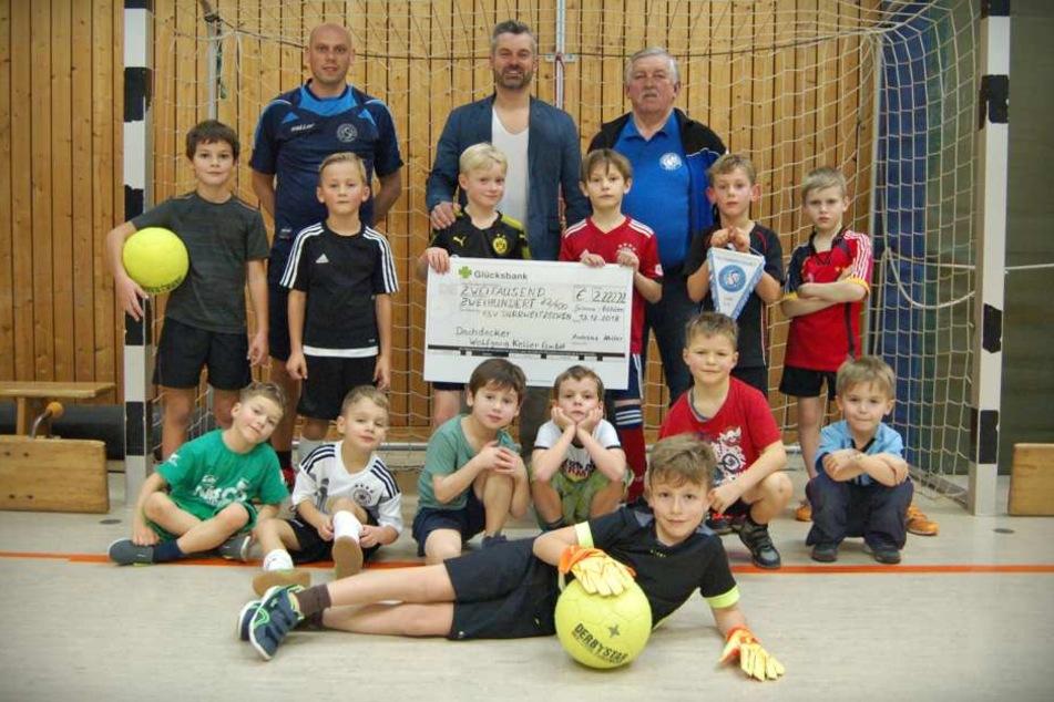 Der Dachdeckermeister spendete dem Verein mehr als 2000 Euro.