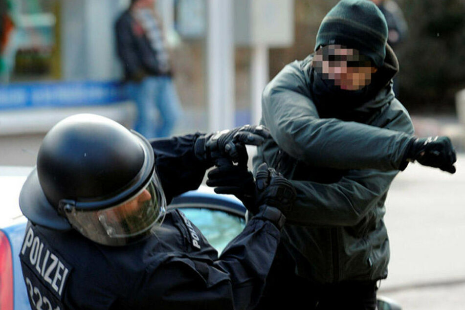 Enthemmte Gewalt: Ein gewalttätiger Chaot schlägt am Rande einer Demonstration einen Polizeibeamten nieder.