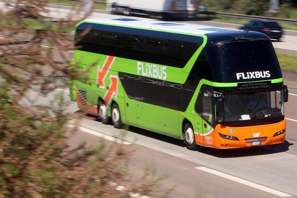 Ein Flixbus fährt über die Autobahn (Symbolbild).