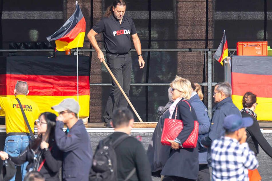 Pegida versammelt sich seit Mittag am Dresdner Neumarkt.