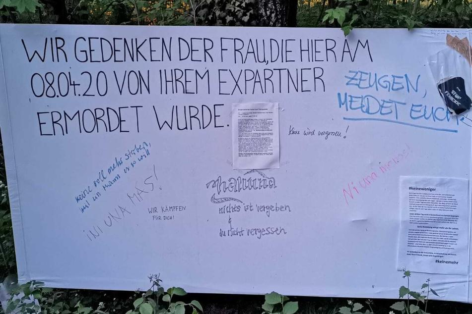 Auf einem großen Transparent gedenken Menschen der Getöteten, auch der Zeugenaufruf der Polizei wurde in der Mitte angebracht.