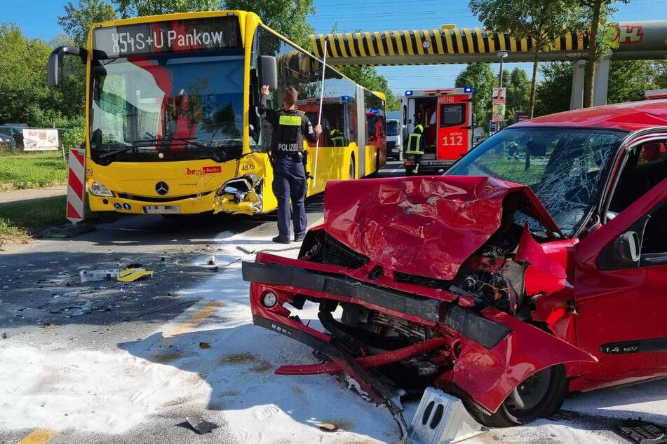 Berlin: Renault kracht frontal mit BVG-Bus zusammen: Fahrer schwer verletzt