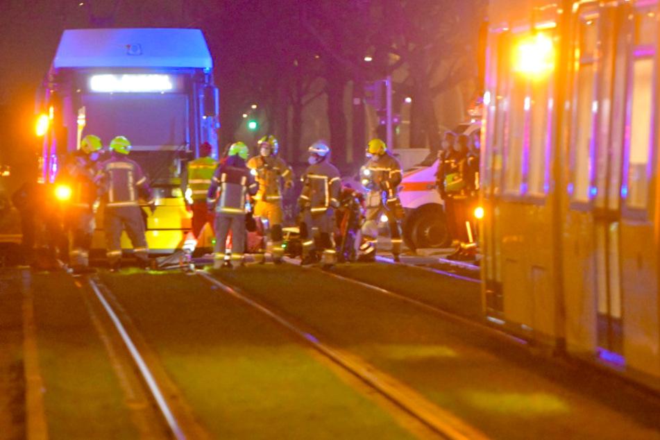 Radfahrer fährt bei Rot über Gleise und wird von Tram erfasst!