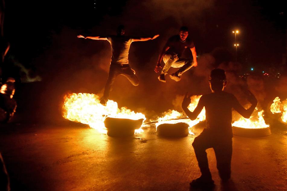 Libanon, Beirut: Demonstranten protestieren gegen die Wirtschaftskrise und den Verfall des libanesischen Pfundes.