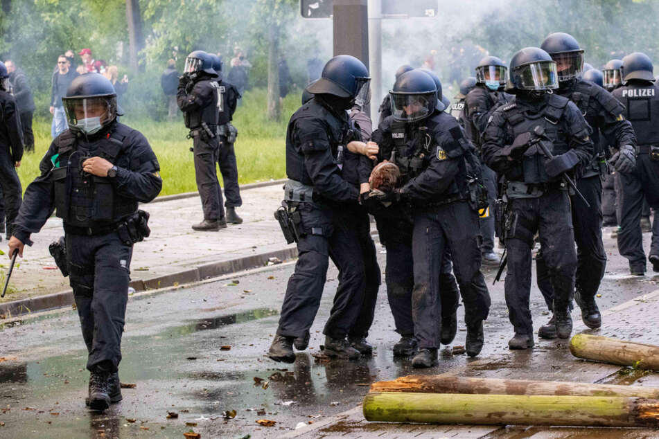185 Polizisten wurden verletzt.