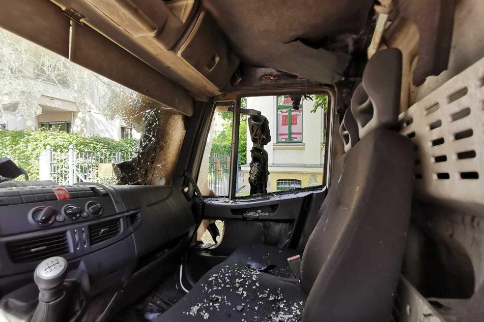 Das Fahrerhaus des Lastwagens wurde durch das Feuer zerstört.