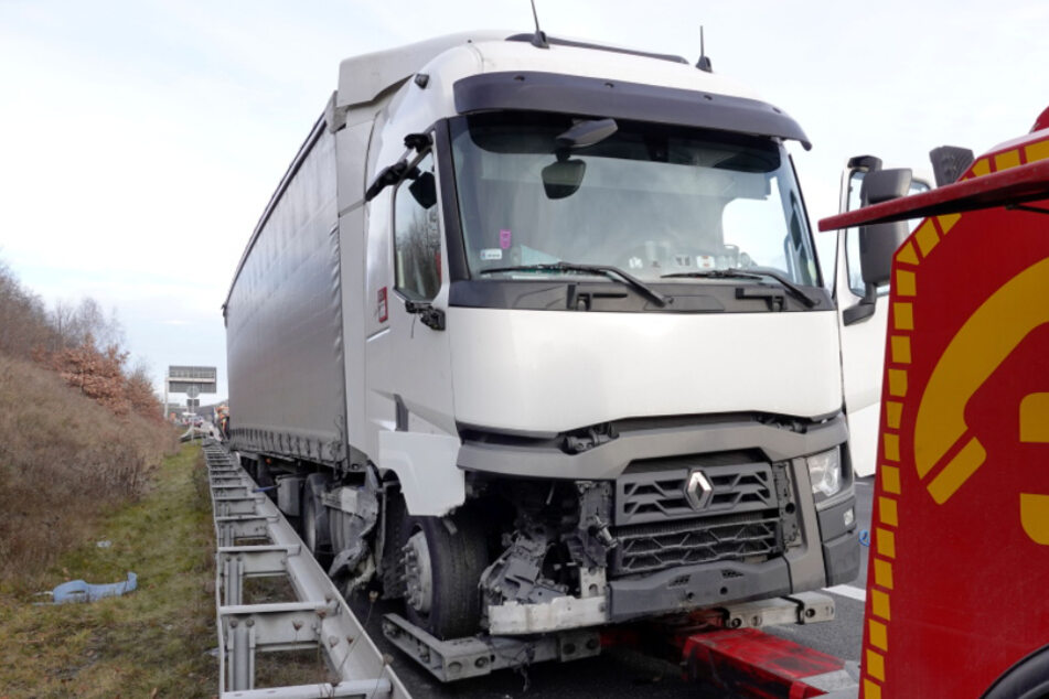 Chemnitz: Heftiger Lkw-Crash auf der A4! Leitplanke hunderte Meter völlig zerstört