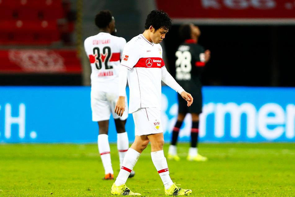Stuttgarts Wataru Endo (27) geht nach dem Spiel enttäuscht über den Rasen.