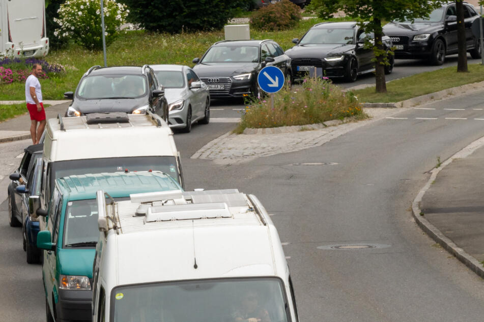 Das steigende Verkehrsaufkommen im bayerischen Oberland geht Anwohnern gegen den Strich, doch das Gewerbe freut sich über die Besucher.