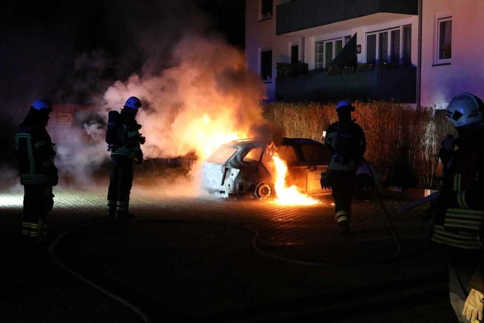 Dieser Firmenwagen brannte in einem Innenhof im Leipziger Norden aus.