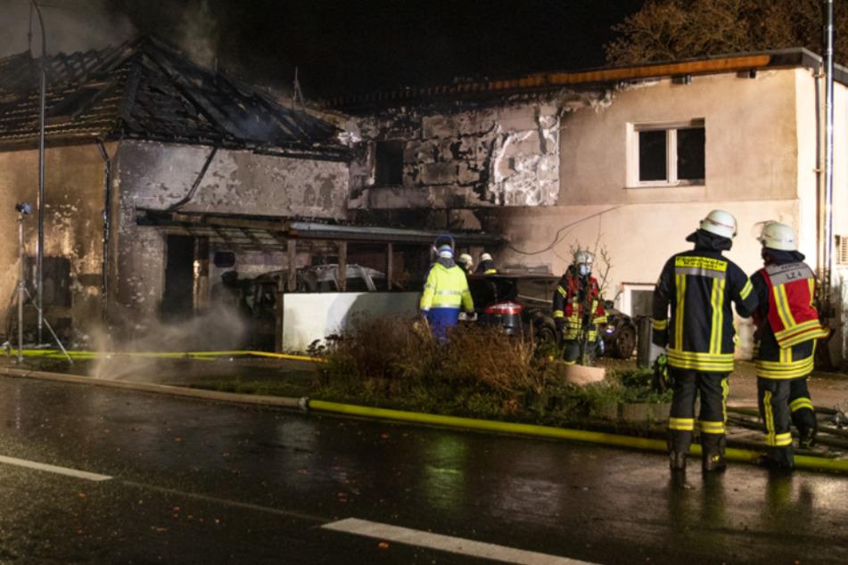 Flammen zerstören Wohnhäuser und Autos, 100 Feuerwehrleute im Einsatz