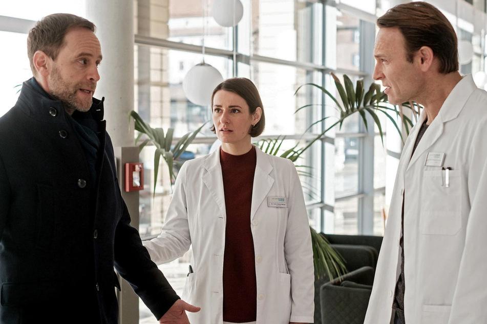 Chefarzt Dr. Kai Hoffmann und Klinikleiter Dr. Martin Stein geraten immer wieder in Streit. Kais Freundin Dr. Maria Weber versucht als gute Vermittlerin einzuspringen.