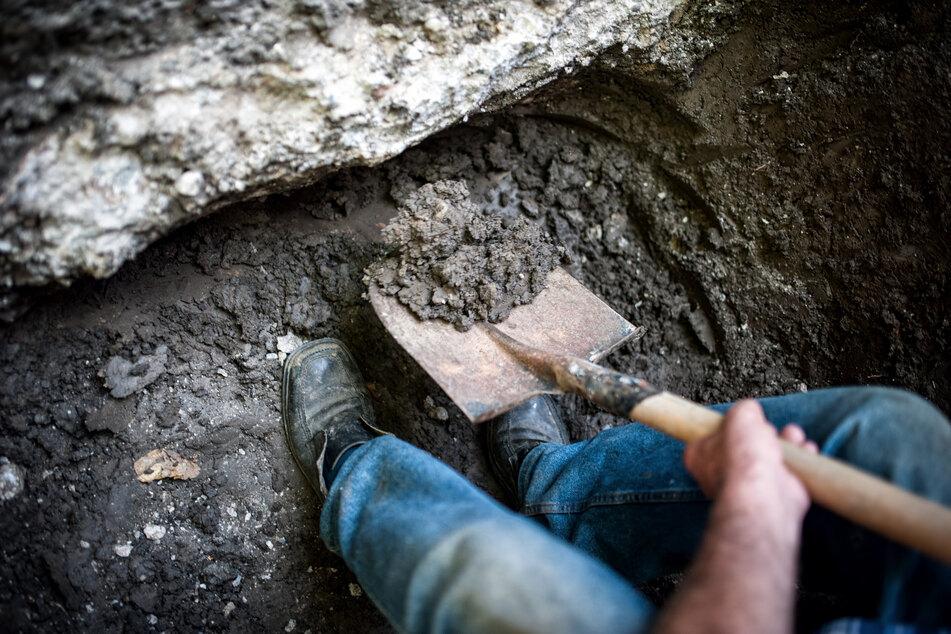 79-Jährige wurde von eigenem Sohn lebendig begraben!