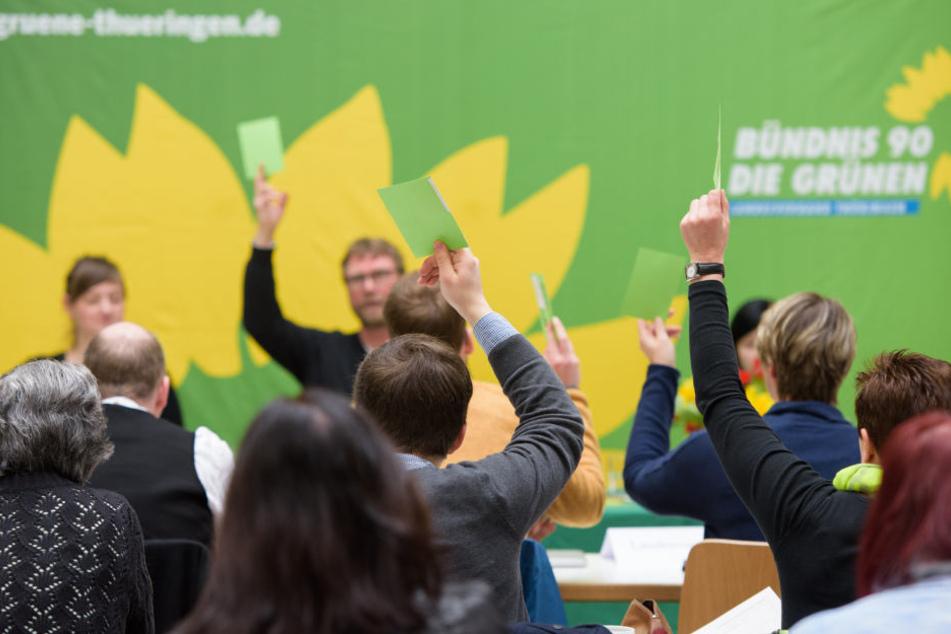 Die Teilnehmer beim Landesparteitag in Weimar stimmen über die Tagesordnungspunkte ab.