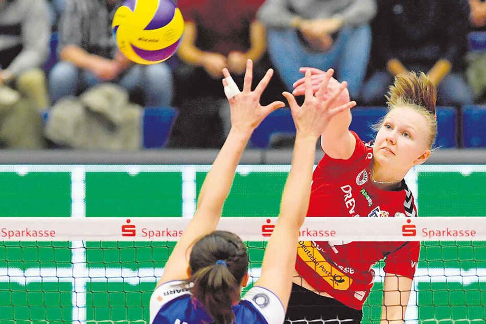 DSC-Topscorerin Piia Korhonen schlägt hier gegen Stuttgarts Mallory Mc Cage zu. Heute trifft die Finnin mit ihren Teamkolleginnen auf Bundesliga-Spitzenreiter und Titelverteidiger Schweriner SC.