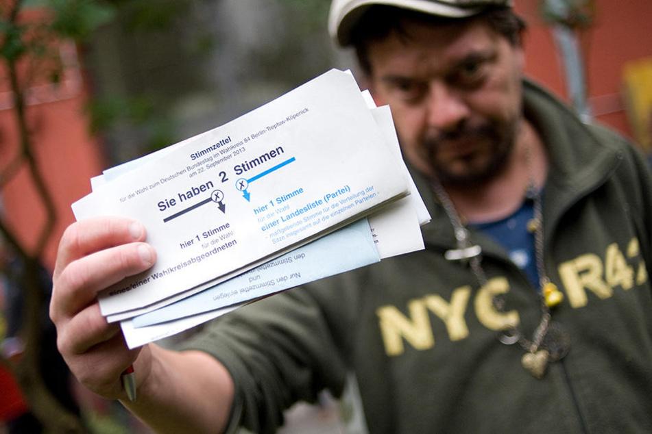 """Der obdachlose Nico zeigt im """"Haus Schöneweide"""" seinen Wahlzettel."""