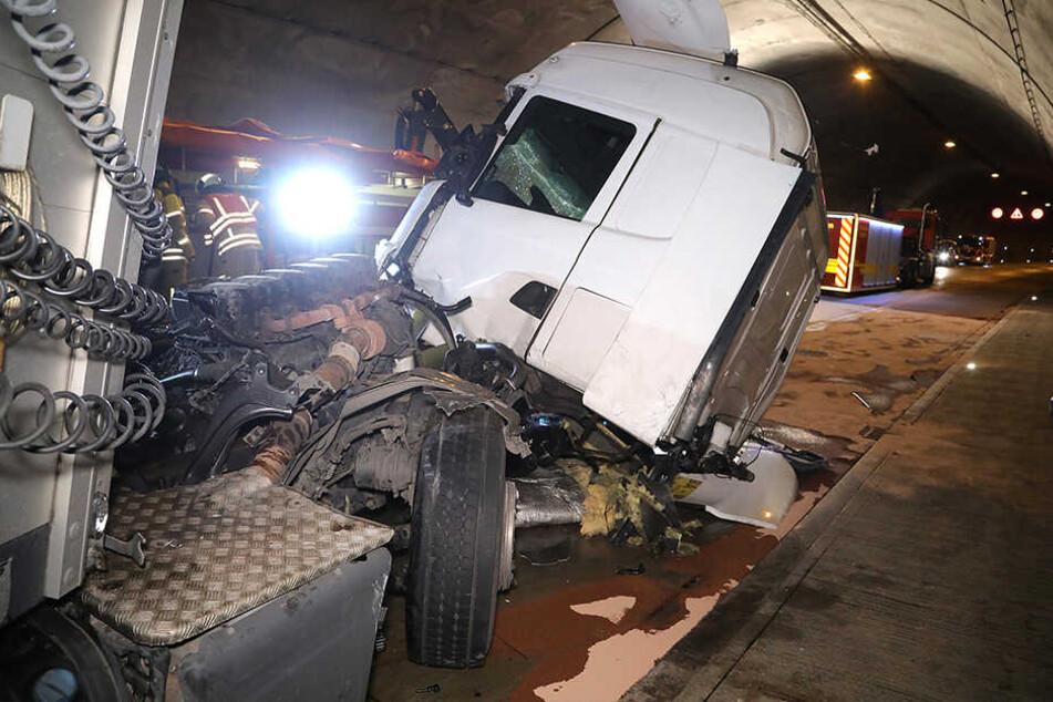 Am Wochenende knallte ein Laster im Tunnel Dölzschen in die Betonwand.
