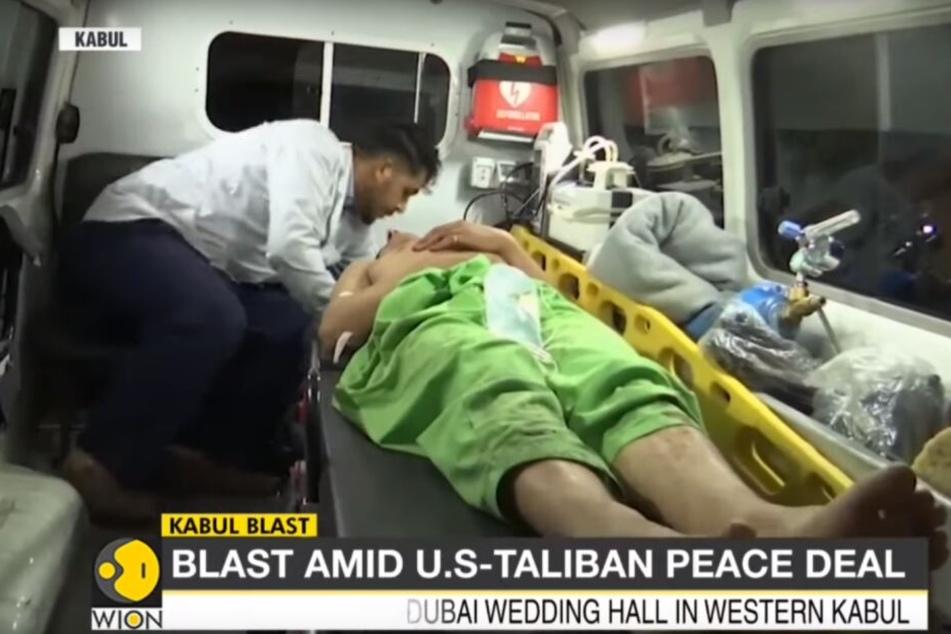 Ein verletzter Mann wird abtransportiert.